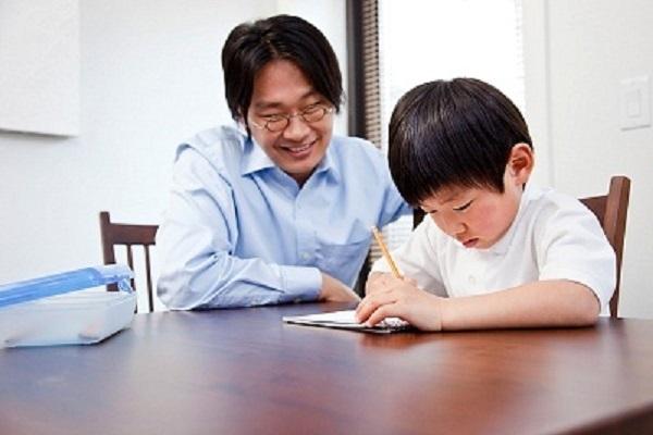 """Ông bố Nhật đã thông minh sử dụng chiêu """"tâm lý ngược"""" khiến con tự hoàn thành bài tập nhanh chóng. (Ảnh minh họa)"""
