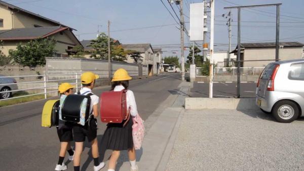 Tự đi bộ đến trường là một việc làm bắt buộc đối với trẻ em Nhật từ khi chúng bắt đầu vào lớp 1.