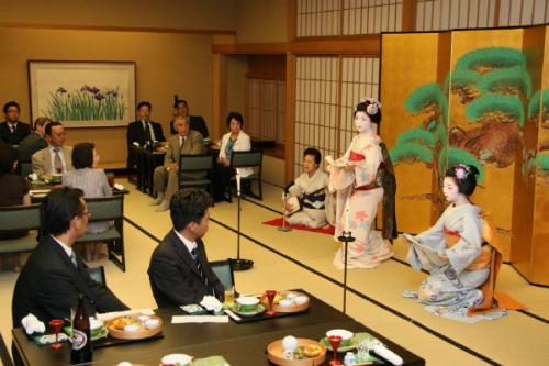 Phục vụ tiệc của một Geisha hiện nay. Ảnh: Findtravel.