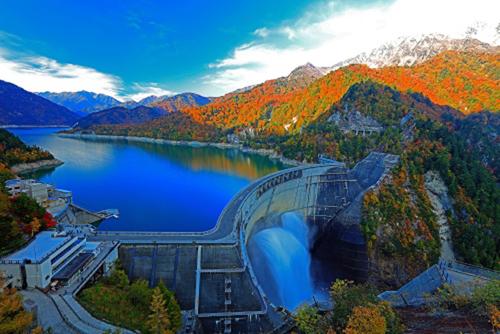 Đập thủy điện Kurobe lớn nhất Nhật Bản đang vào mùa thu. Ảnh: P.A.