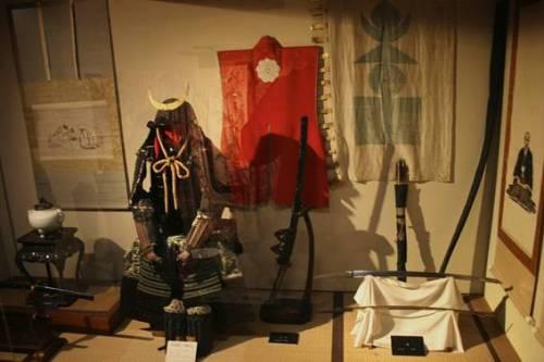 Bộ trang phục cùng những binh khí của Samurai được lưu giữ trong các tòa lâu đài. Ảnh: Flickr.