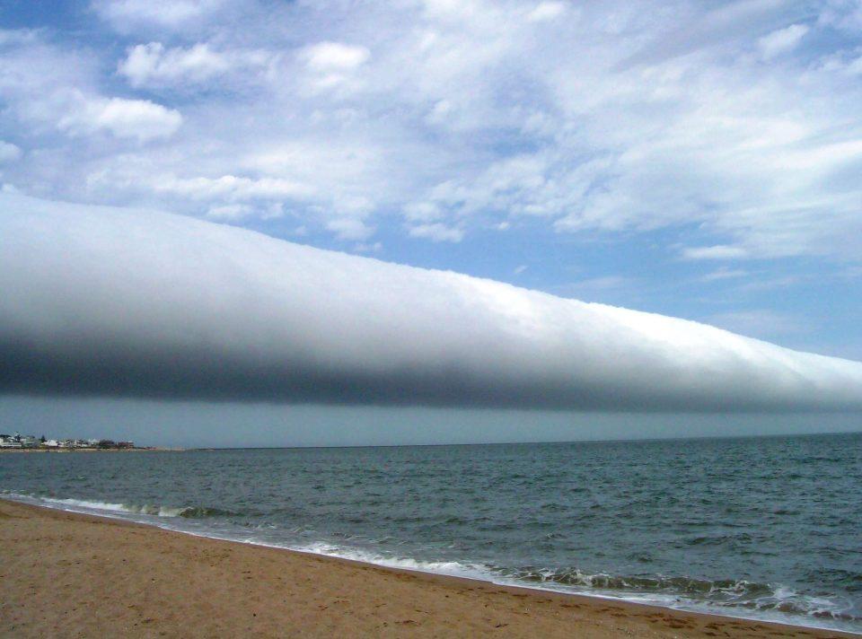 Một đám mây cuộn xuất hiện ở La Olas beach, Uruguay, năm 2009.
