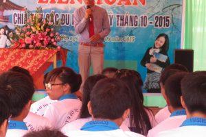 Anh-Nguyễn-Văn-Hải-trưởng-đại-diện-văn-phòng-công-ty-VIASERCO-tại-lâm-hà-lâm-đồng-chúc-mừng-các-em-học-sinh-ky-tháng-7.2015